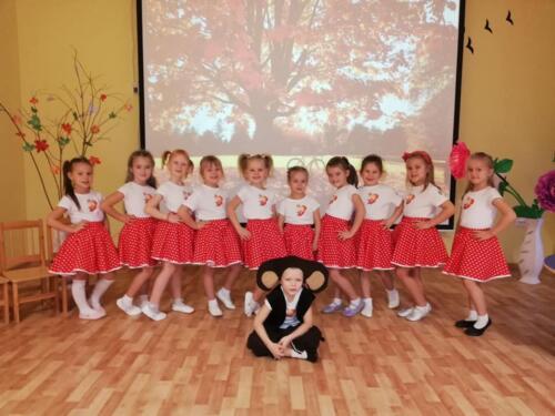 Oravakeste rühma tüdrukud väikese Potsatajaga